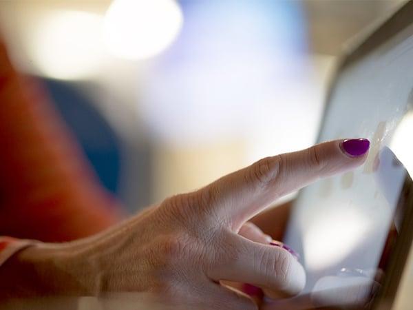 Les seniors surfent sur le web via smartphone et ordinateur